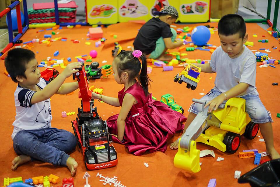 Tìm hiểu nhu cầu khách hàng là yếu tố đầu tiên trong việc lên kế hoạch kinh doanh đồ chơi trẻ em